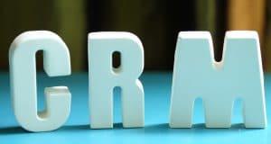 CRM yazılımlarını simgeleyen bir görsel, harfler yanyana duruyor.