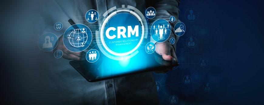 CRM yazılımları anlatan bir görsel